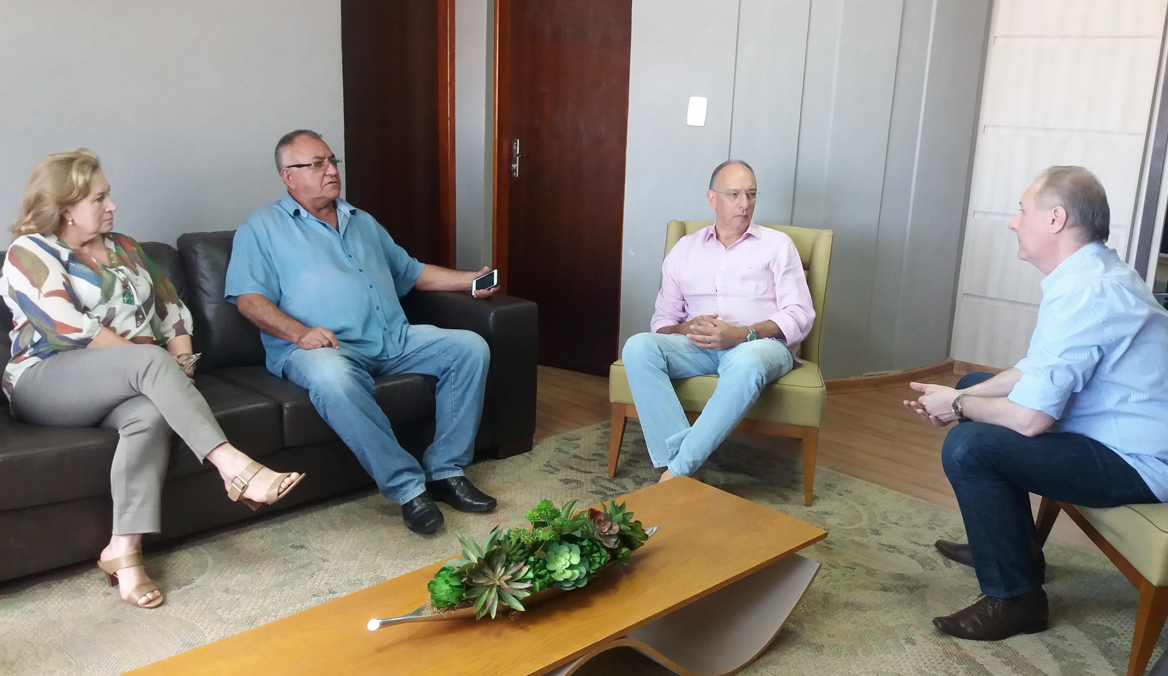 Prefeito Hélio debate reajuste salarial do funcionalismo com Sindiporã